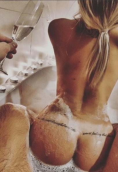 Nela Slováková nahá ve vaně