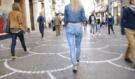 Krasná modelka se promenáduje po ulici nahá, džíny má pouze namalované