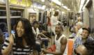 Kupa umělců, náhodně usazených ve vagónu Metra v NYC, z ničeho nic začala zpívat hit z Lvího krále