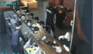 Muž přepadl se zbraní v ruce hernu v Praze, host si mezitím v klidu pokuřoval cigaretu a pil pivo