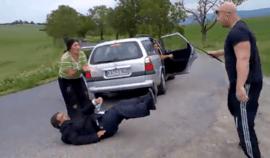 Agresivní mladík zmlátil tvrdě Rumuny u silnice, proč?