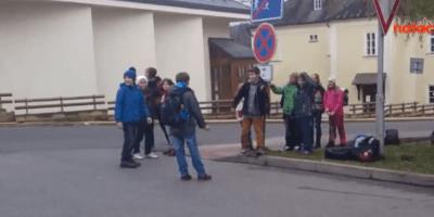 Školáci v ČR si touhle dementní zábavou krátí čekání na autobus... PS: Pochopíte, proč hloupneme jako národ