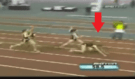 Běžkyně během závodu zažila tvrdý pád na zem, potom udělala něco naprosto nečekaného