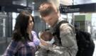 Vojáci se vracejí domů a vidí poprvé své narozené děti, jejich reakce je naprosto neskutečná