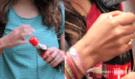Coca Cola vymyslela pro své zákazníky pořádnou nachytávku: Samotný člověk flašku neotevře! Tak kdo?