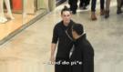 Tohle je vrchol šílenosti: Mladík očichával lidi v nákupním centru, jejich reakce vás dostane!