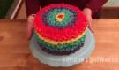 Tenhle dortík vypadá z venku opravdu chutně! Podívejte ovšem jaké překvapení skrývá uvnitř