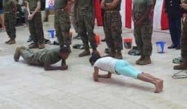 10letá dívka vyzvala vojáka na battle v klikování, výsledek vás šokuje