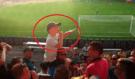 Mladý chlapec si dokonale povodil partu fotbalových chuligánů! Vzniklo z toho něco úplně nevídaného