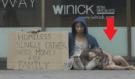 Sociální experiment: Bezdomovec žebrá peníze na alkohol a podruhé pro dceru, výsledek vás překvapí!