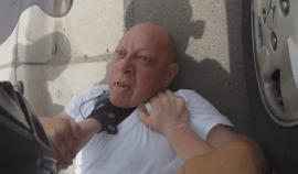Šílený psychopat chtěl zmlátit jeho přítelkyni, podívejte jak poté mladý motorkář tvrdě zakročil!