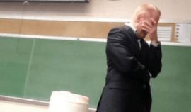 Při přednášce zazvonil jedné studentce mobil, když jej zvedla, profesor se hanbou málem propadl!