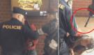 Brutální bitka na Pražském Florenci! Policie zpacifikovala mladíka, v akci byly i automatické zbraně