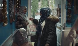 Tesco vložilo do Vánoční reklamy muslimy, jejich zákaznící kroutí očima! Lidl nestačil? - Co na to říkáte?