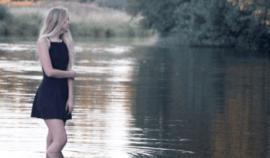 Chtěla si vyfotit super fotky na Instagram, někdo ji ale vlezl u řeky do záběru a obdařil ji svým přirozením!
