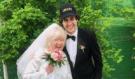 Youtuber se před měsícem oženil s mámou kamaráda (75 let). Teď udělal další krok