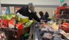 Muž kvůli koronaviru nakupoval v plynové masce. Pak pod tíhou nákupu spadl z mopedu